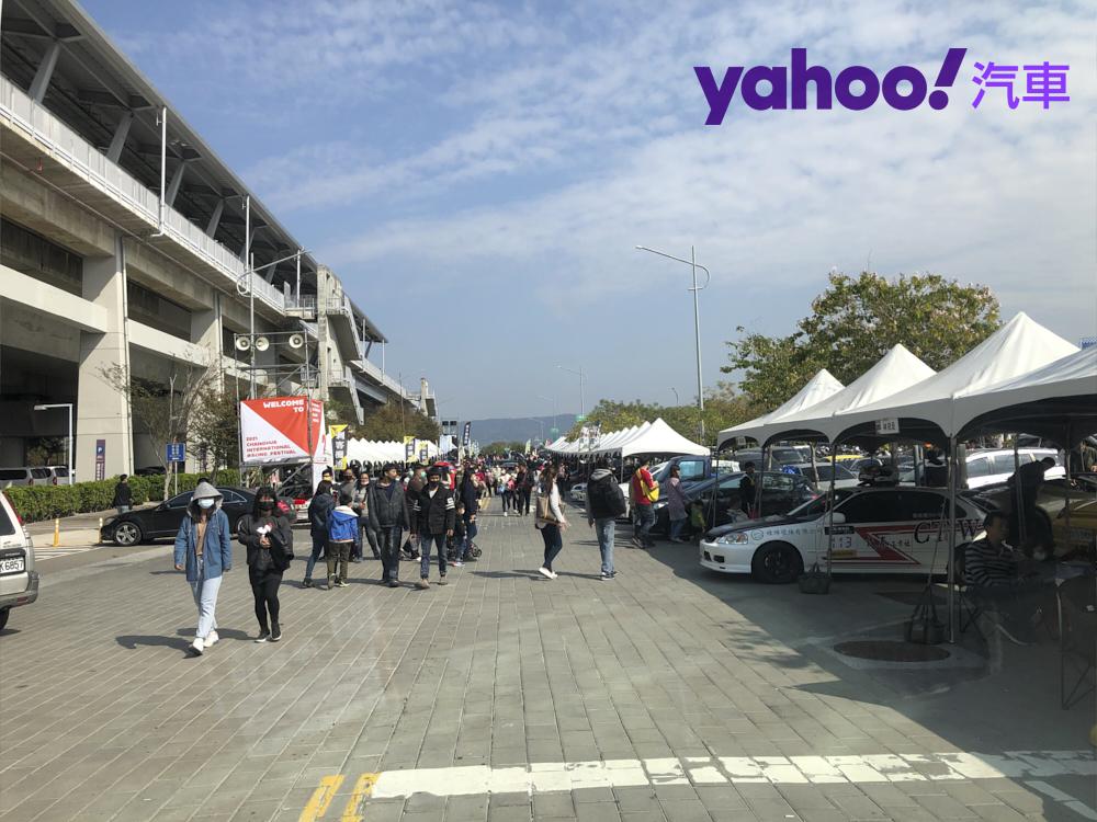 許多民眾就在車隊的Pit帳篷間穿梭,拿著手機拍攝不常見的賽車。