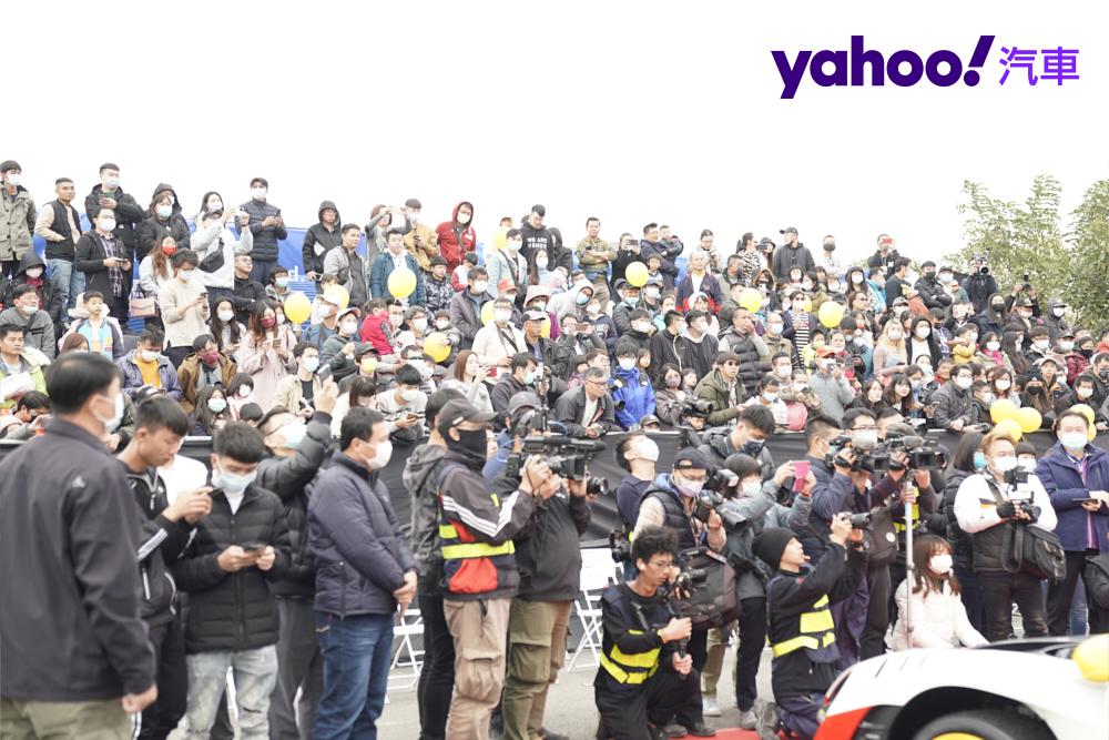 看到滿場汽車世界的珍奇異獸,大家都非常興奮猛拍照做紀念