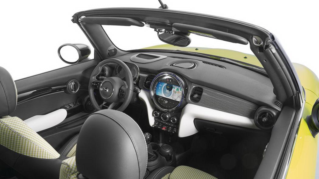 圖/2022 Mini Cooper全車系中控台皆標配8.8吋車載信息娛樂系統,周圍以質感更好的鋼琴烤漆材質處理。