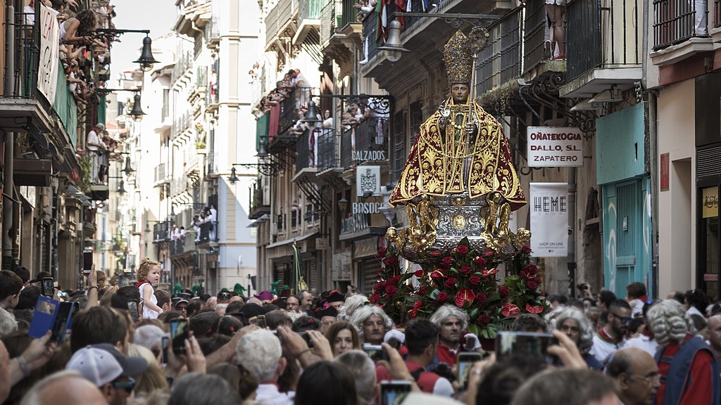 奔牛節 (Photo by San Fermin Pamplona Navarra from España, License: CC0, Wikimedia Commons提供, 圖片來源www.flickr.com/photos/sanferminpamplona/43839660741)