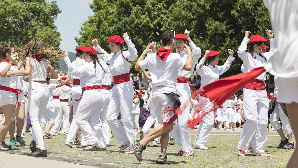 奔牛節 (Photo by San Fermin Pamplona Navarra from España, License: CC0, Wikimedia Commons提供, 圖片來源www.flickr.com/photos/sanferminpamplona/43839506311)