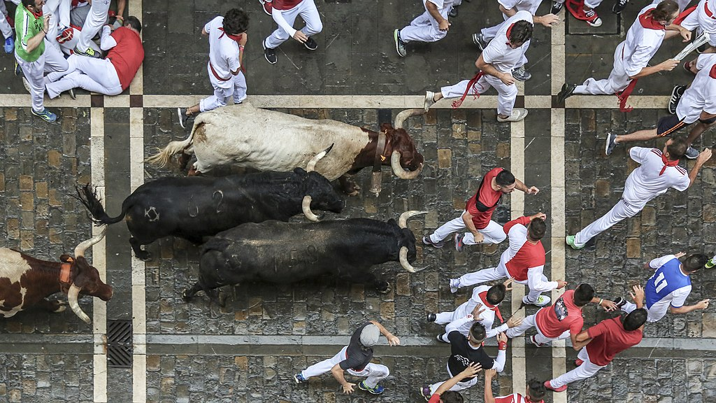 奔牛節 (Photo by San Fermin Pamplona Navarra from España, License: CC0, Wikimedia Commons提供, 圖片來源www.flickr.com/photos/sanferminpamplona/28903204237)
