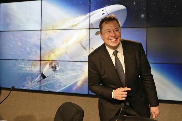 SpaceX的創始人,首席執行官兼首席工程師/設計師Elon Musk在一次Falcon 9 SpaceX火箭試飛後的新聞發布會上發表講話,以演示該膠囊的緊急逃生系統在佛羅里達州卡納維拉爾角的肯尼迪航天中心舉行。 2020年9月19日。(美聯社照片/約翰·勞克斯)