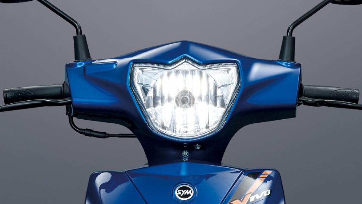 圖/2020 SYM 活力Vivo 125 CBS車頭燈以討喜的金元寶造型呈現,擁有超寬的前置腳空間,就算要放下行李箱也沒問題。