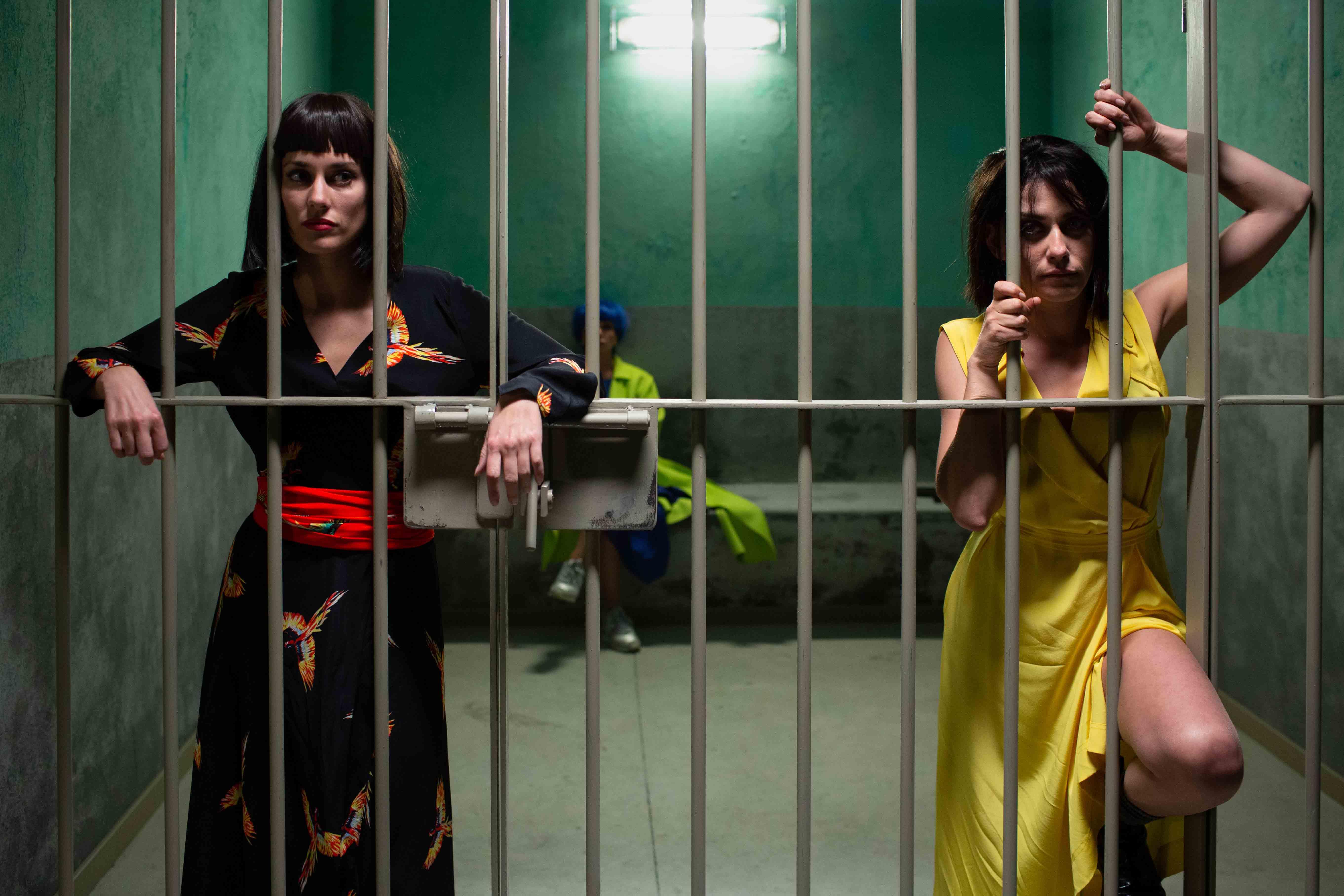 擁有魔鬼身材、天使臉蛋的希維亞(左)演出過多部西班牙影集,此次繼【我的家人歐買尬】後第二度與導演阿瓦洛合作