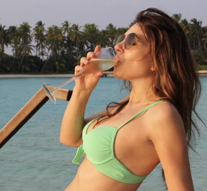 Elizabeth Hurley, 55, concludes her 10-day spree of bikini photos: 'Alas, my pretend vacation is drawing to a close' - Yahoo Lifestyle