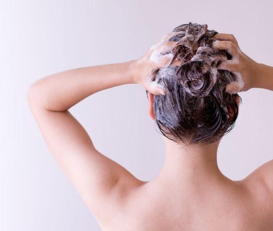 洗頭時的水溫也不能過高或過冷,過度刺激的溫度變化,可是會讓毛囊受傷的!