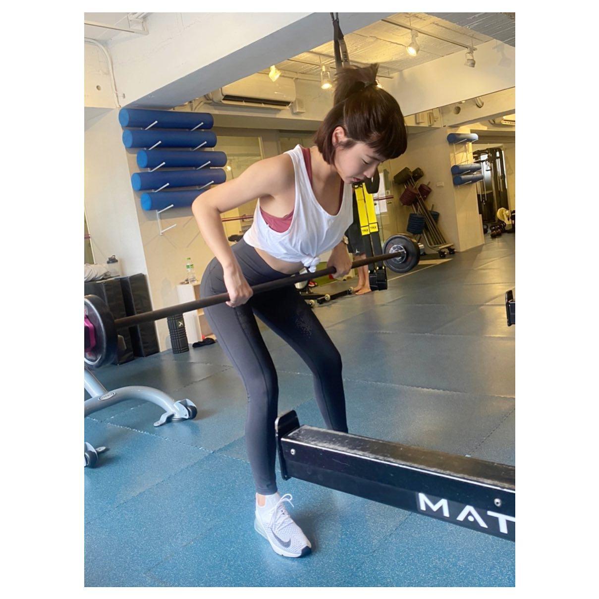 她因此開始運動健身,練出現在的魔鬼身材