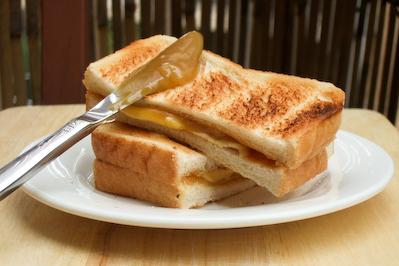 「咖央」也譯作「咖椰」,馬來語為「kaya」,流行於菲律賓、馬來西亞、泰國、新加玻、香港等地,在星馬可以說是國民等級的美食。