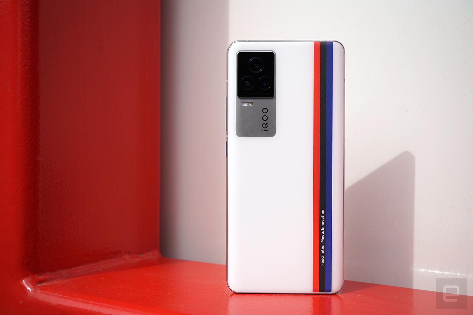 iQOO 7 評測  去年 iQOO 5 系列的兩台手機,憑藉在外觀、拍照、充電這幾項重要特性上的發力,可以說在市場中出了不少的風頭,堪稱品牌創立之後真正的集大成之作。那珠玉在前,今年的新機該如何打造?「快」字當先又能「全感操控」的 iQOO 7 便是廠方交出的答卷。