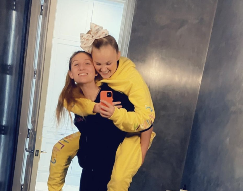 JoJo Siwa celebrates first Valentine's Day with her girlfriend: 'No one in the world makes me as happy as this girl does' - Yahoo Entertainment
