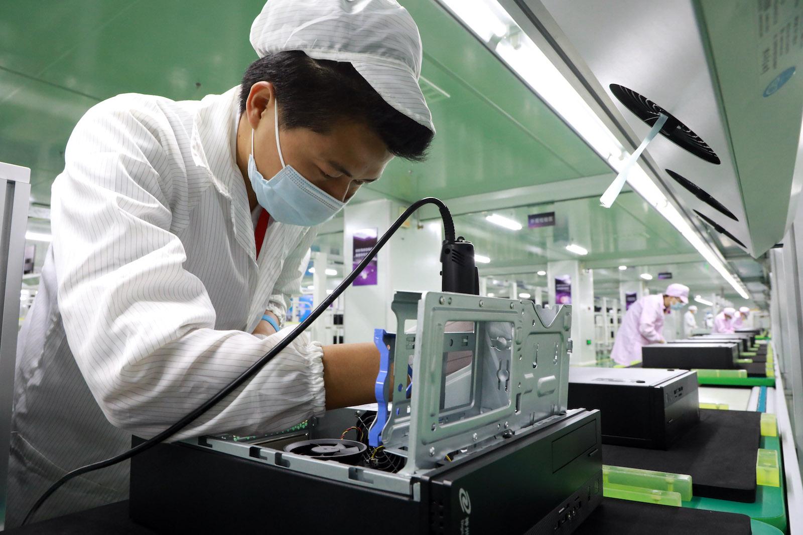 廈門,中國-5月15日:員工在數字中國集團昆泰生產基地的生產線上工作,2020年5月15日在中國福建省廈門市。  (VCG / VCG通過Getty Images拍攝)