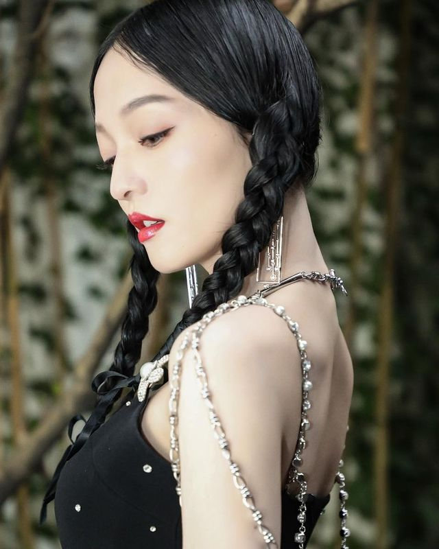 今年不妨先把亮片、水鑽擺一旁,靠珍珠為你妝點出不同的優雅時髦格調!