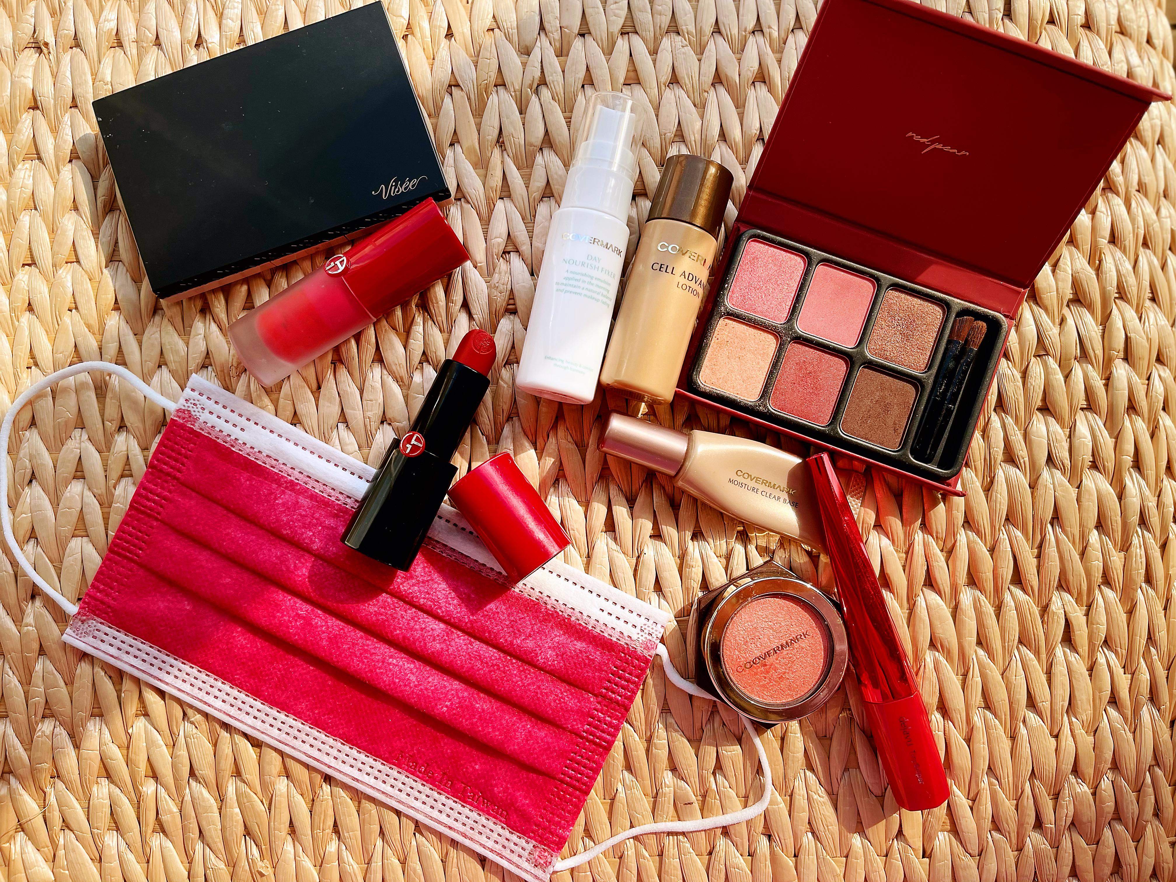 ▲開箱黃若薇化妝包,紅色系成為新年標配。