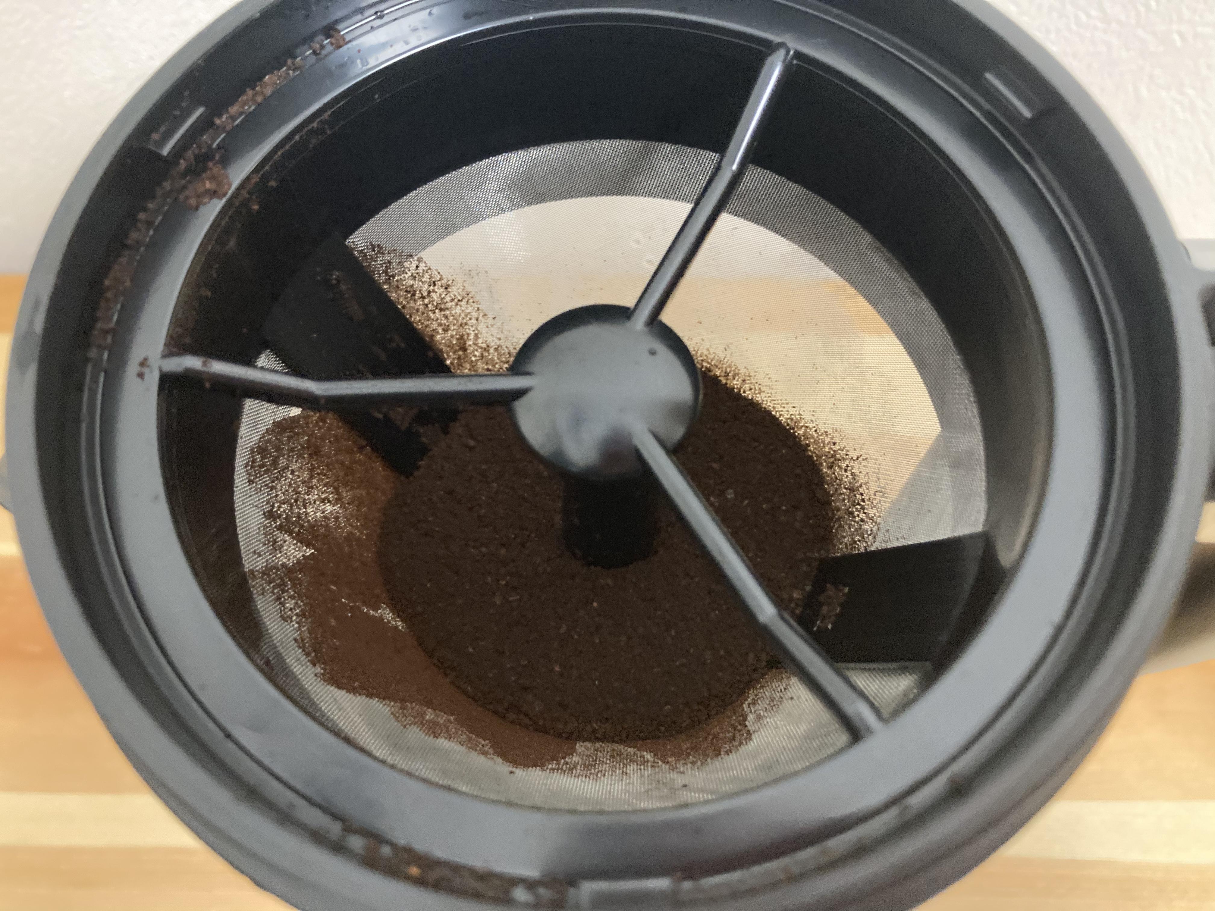 フィルターを設置し、コーヒー粉を入れます