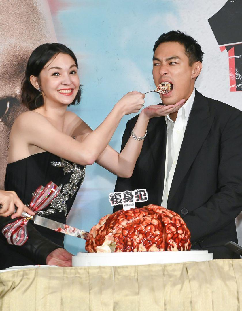 《複身犯》記者會張榕容(左)暖心餵食楊祐寧(右)大腦蛋糕