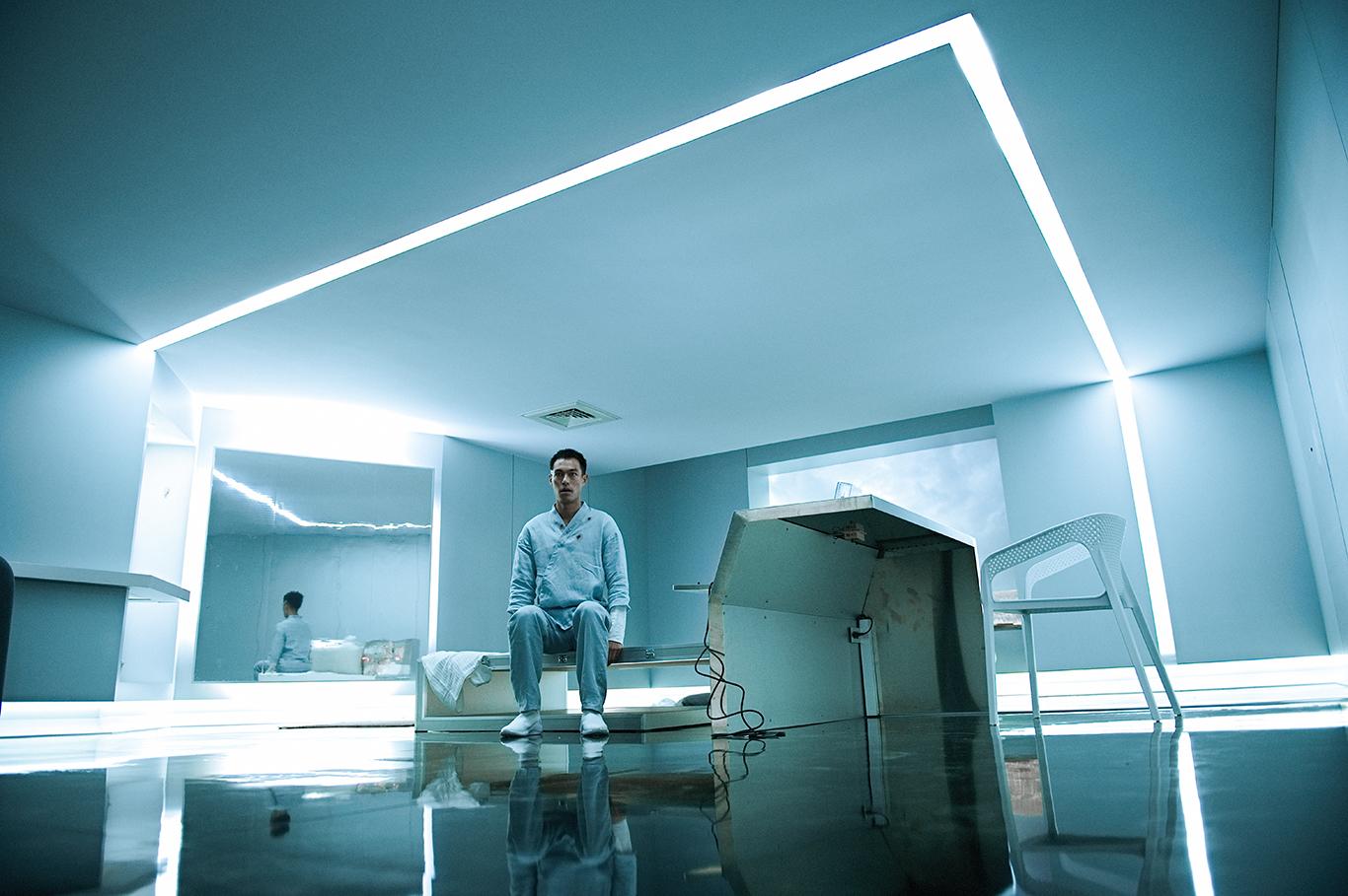 楊祐寧《複身犯》中被關在充滿科技感的實驗室