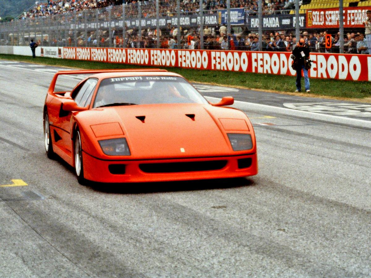 Nicola Materazzi在車頭設計的倒三角形開口,這也讓後來許多汽車引擎蓋的設計,向F40致敬