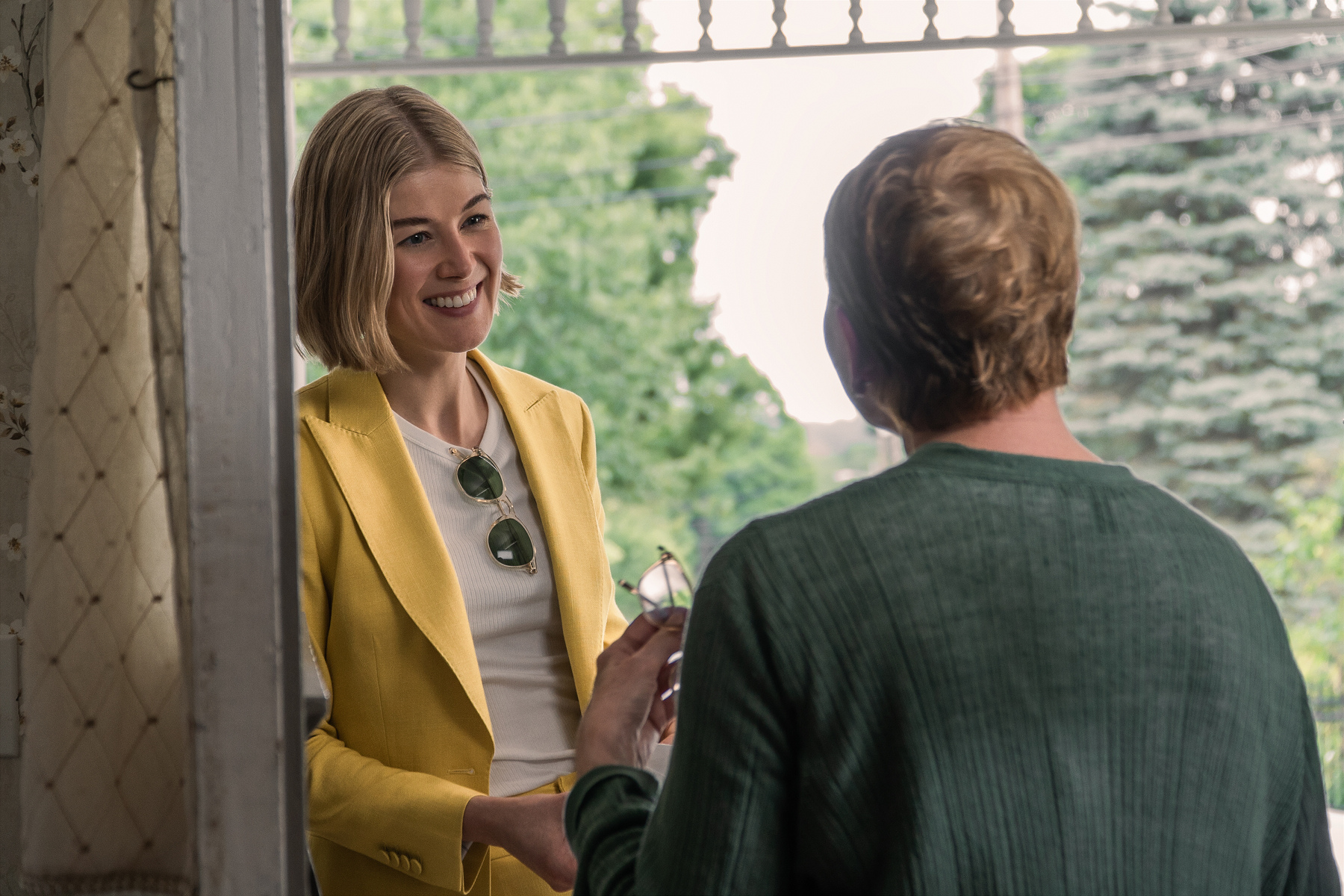 《詐欺女王》羅莎蒙派克(左)以本片強勢問鼎本屆金球獎「音樂或喜劇類最佳女主角獎」