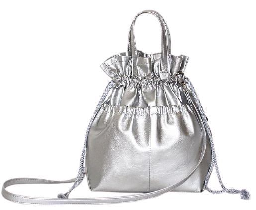 充滿日系風格的簡約抽繩包,在點綴金屬光和皮革材質之後,整個包款就變得充滿Party感