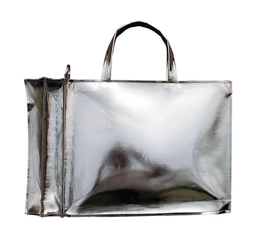呼應2020年秋冬「巨型托特包」的熱潮,許多品牌也都陸續推出染上金屬光澤的托特包