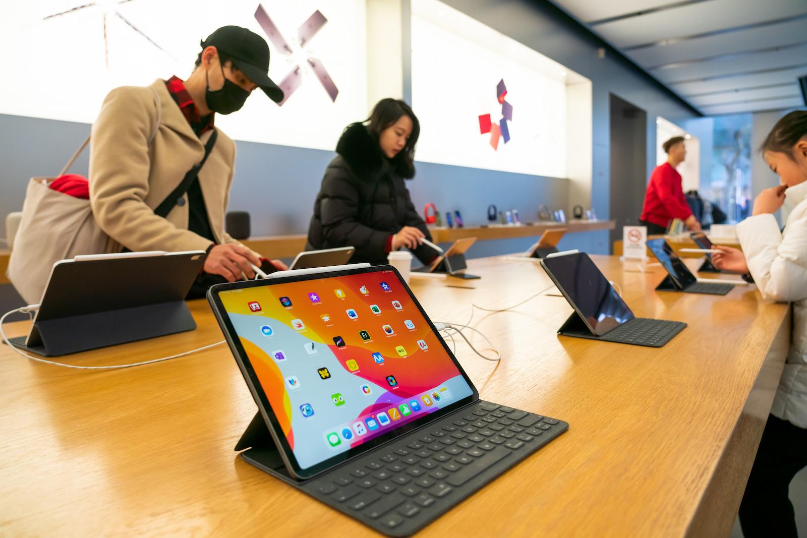中國上海-2020/01/12:客戶在上海的Apple零售店欣賞iPad Pro產品。  (Alex Tai / SOPA Images / LightRocket通過Getty Images拍攝的照片)