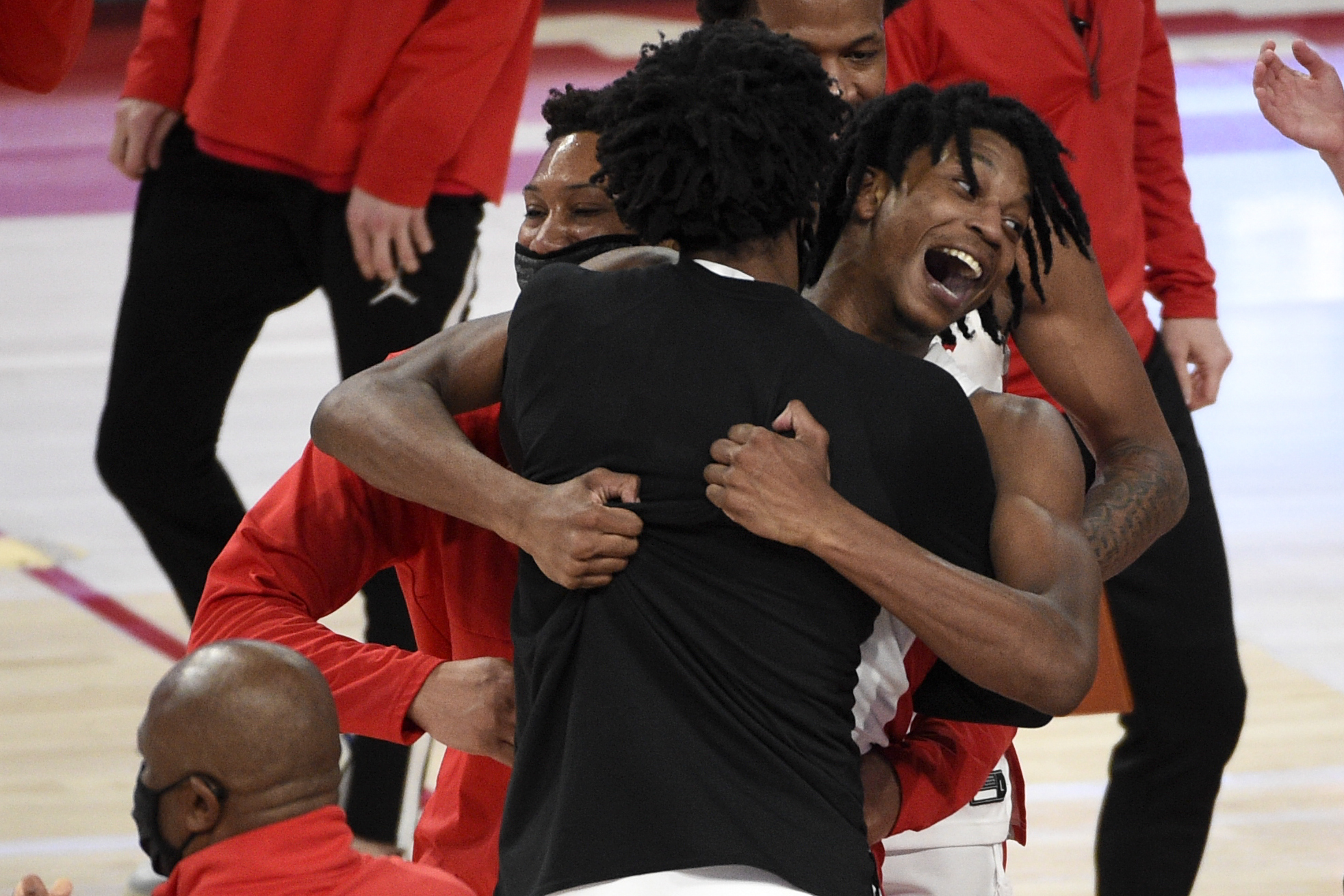 Welcome to March: No. 9 Houston survives Memphis on improbable buzzer-beating heave - Yahoo Sports