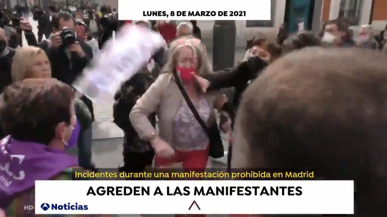 Con un jarrón y sin mascarilla: militantes de Vox contra un acto del 8-M