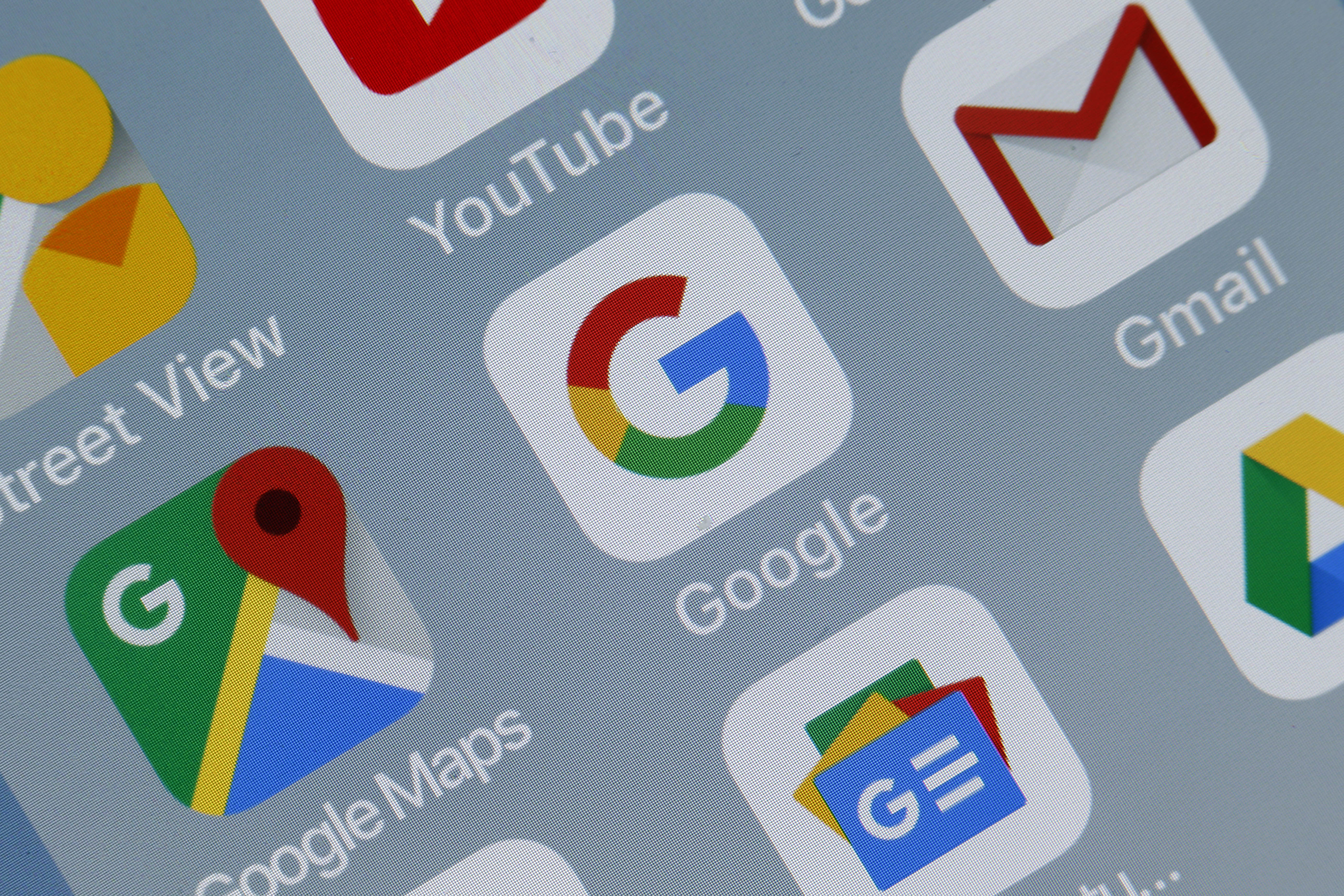 法國巴黎-10月23日:在這張照片插圖中,應用程序,谷歌地圖,谷歌和Gmail的徽標於2018年10月23日在法國巴黎的平板電腦的屏幕上顯示。 在去年6月因其Android移動操作系統的研究中的主導地位而被罰款43億歐元之後,Google決定對希望在歐洲銷售其移動設備的製造商收取其應用程序和Play商店費用,而這並未整合谷歌搜索和谷歌瀏覽器。 從10月29日開始,Google將為在歐洲銷售Android驅動的移動設備並希望安裝Play商店及其其他應用程序的製造商實施一個相當複雜的許可系統。  (照片由Chesnot / Getty Images攝)