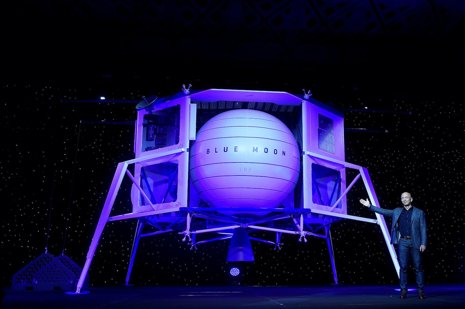 亞馬遜的創始人,董事長,首席執行官兼總裁Jeff Bezos在2019年5月9日在美國華盛頓舉行的一次揭幕儀式上揭開了自己的太空公司Blue Origin的太空探索月球著陸器Blue Moon的面紗。