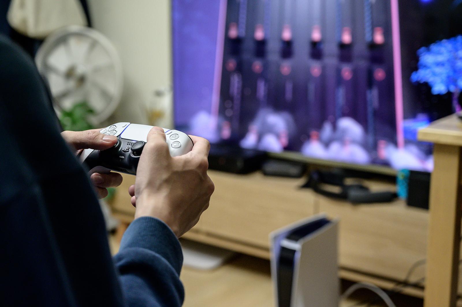在2020年11月12日拍攝的照片中,在索尼在全球特定市場推出新遊戲機之後,遊戲玩家在其位於漢城的家中使用新的索尼Playstation PS5。  (Yelim LEE /法新社照片)(YELIM LEE / AFP攝影:Getty Images)