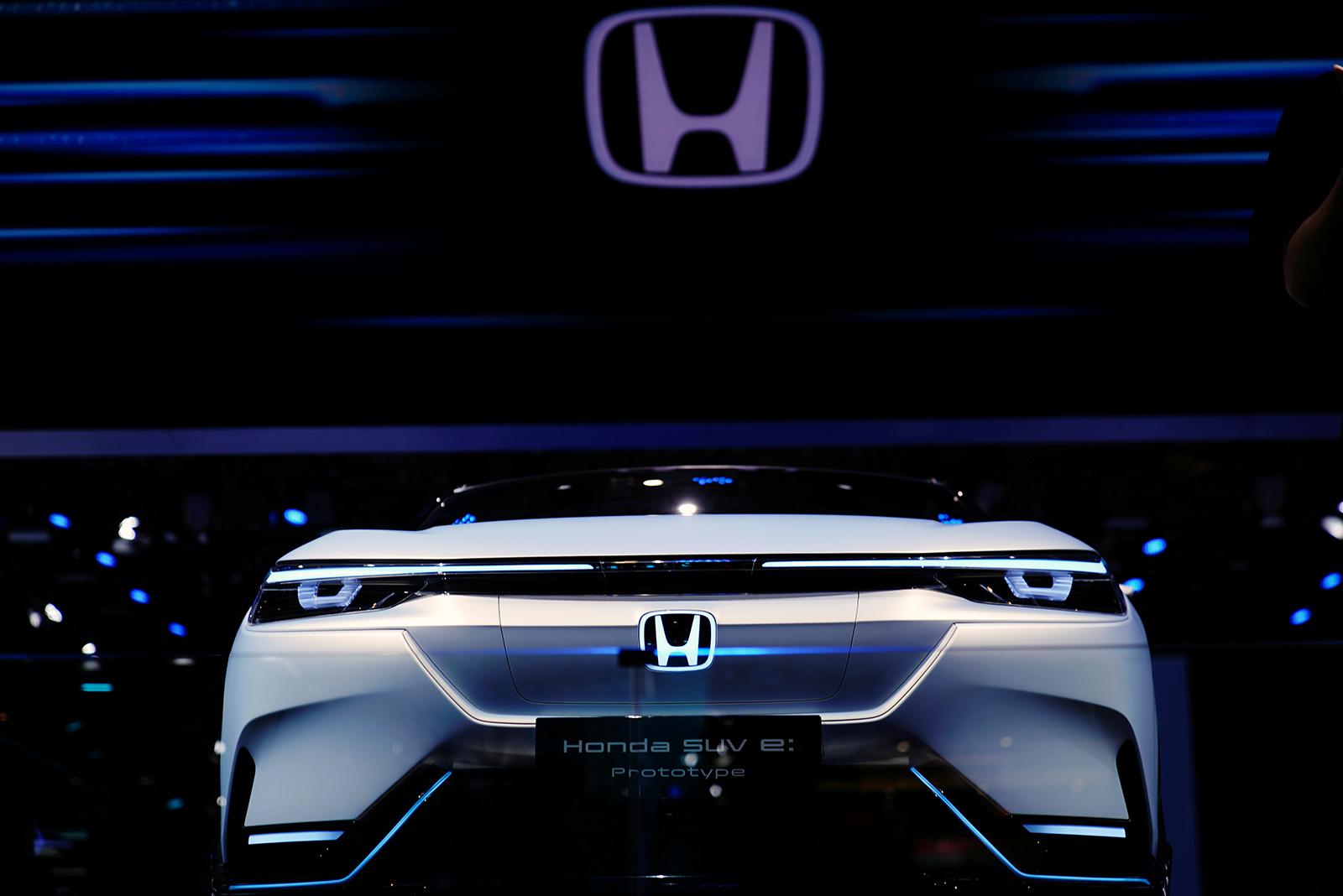 2021年4月20日在中國上海舉行的上海車展的媒體日上,人們看到了一輛本田SUV e:Prototype電動汽車(EV)。REUTERS/ Aly Song-RC2IZM9QHXO4
