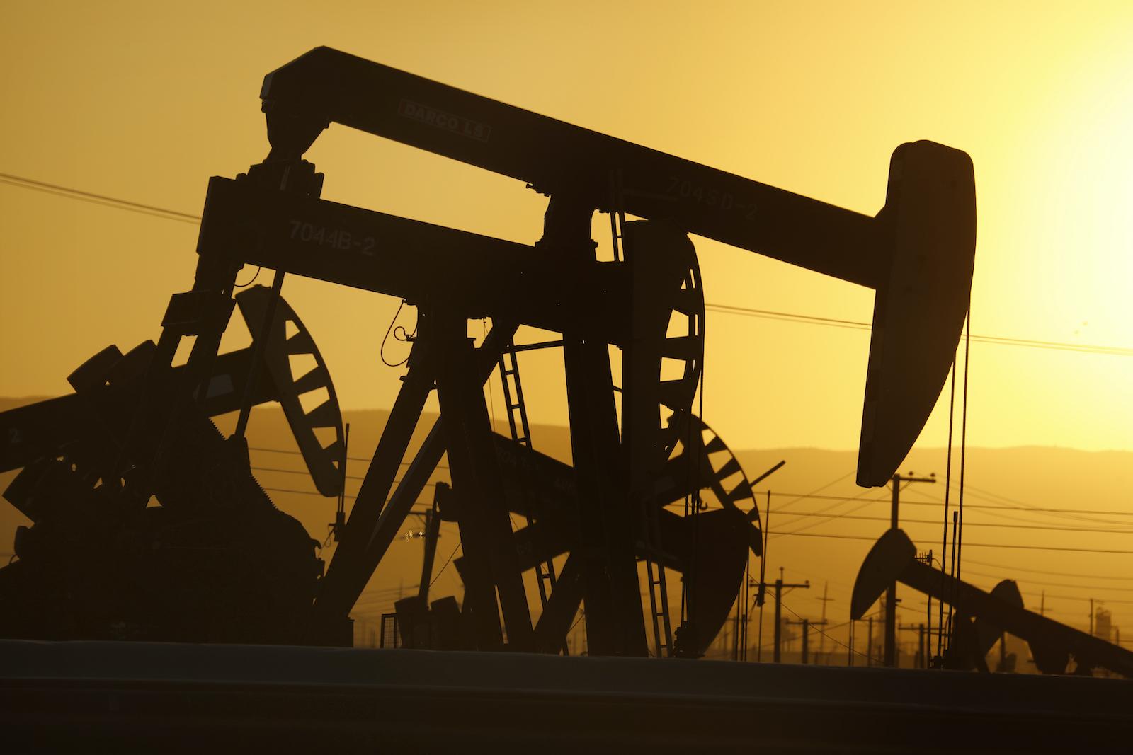 加利福尼亞州麥基特里克市,加利福尼亞州,2020年4月29日,位於加州麥基特里克鎮北部的麥基特里克油田有1,100多口正在生產的油井。  33號州際公路。由於石油價格下跌,一些需要維修的抽油機被閒置了。  (卡羅琳·科爾/洛杉磯時報通過Getty Images)