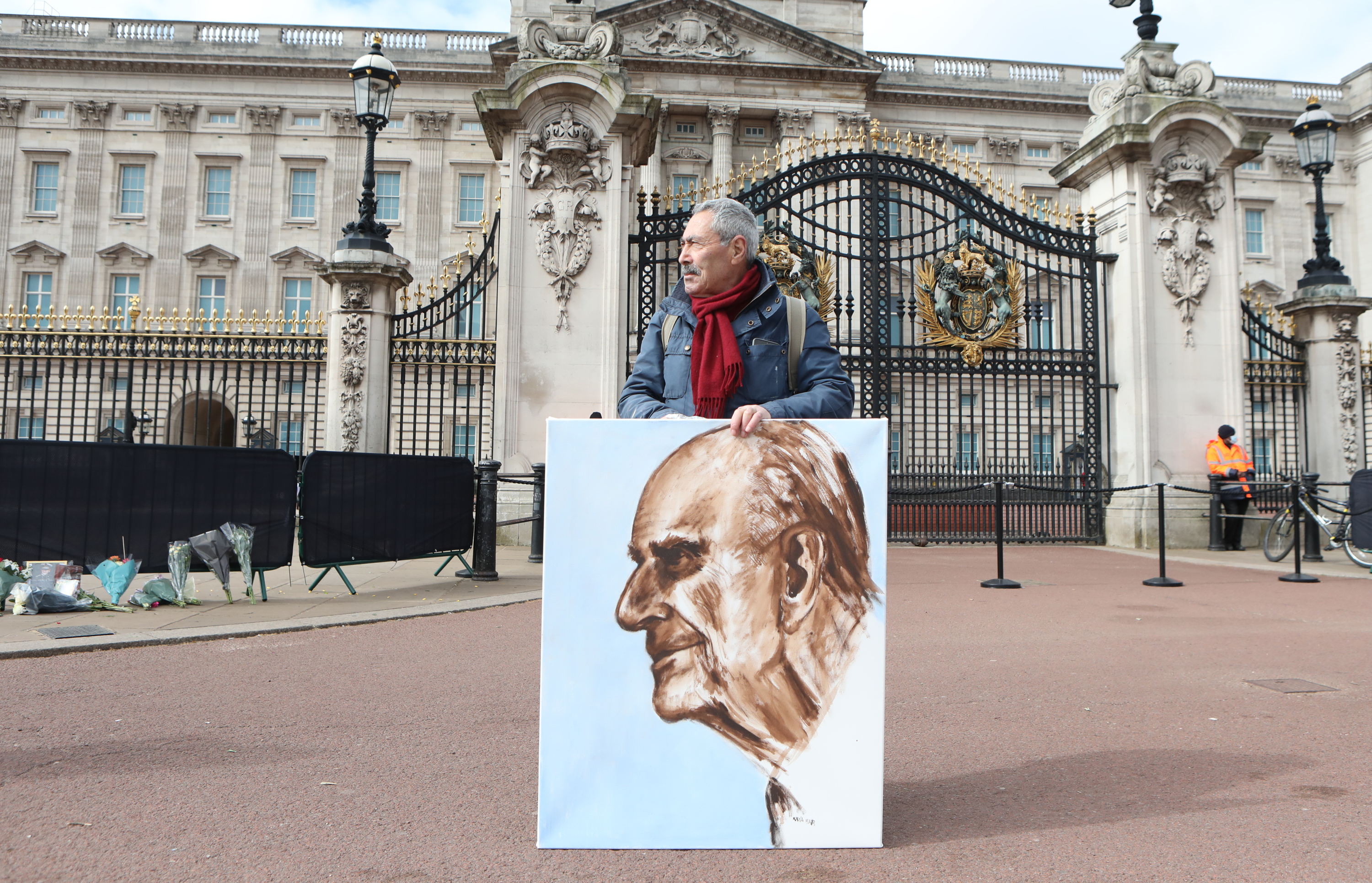<p>Artist Kaya Mar holds a portrait he has painted of the Duke of Edinburgh outside Buckingham Palace, London, following the announcement on Friday April 9, of the death of the Dukeat the age of 99. Picture date: Monday April 12, 2021.</p>