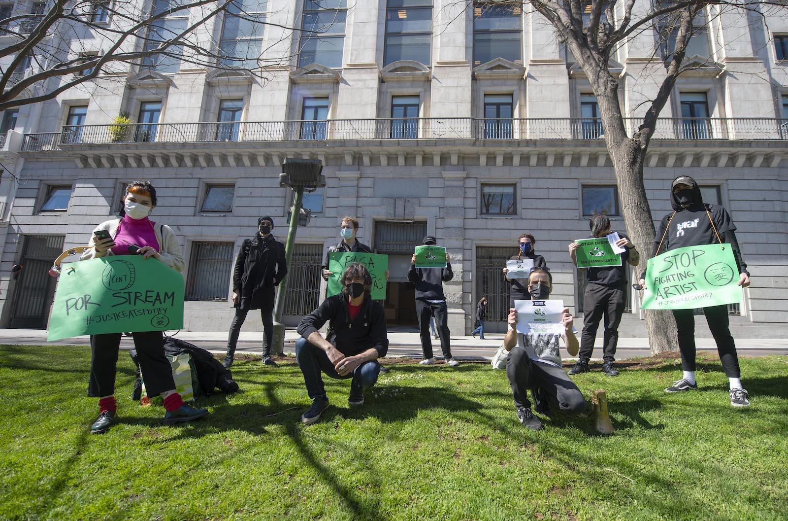 西班牙巴塞羅那– 3月15日:2021年3月15日,在西班牙音樂家和專職工會聯合會的全球集會上,幾位音樂家在Spotify總部前進行了表演。 抗議者們主要呼籲音樂巨人向藝術家支付適當的費用,公開簽署的合同,並將唱片中的所有作品歸功於他們。  (照片由阿爾貝托·奧爾特加/歐羅巴出版社通過Getty Images拍攝)