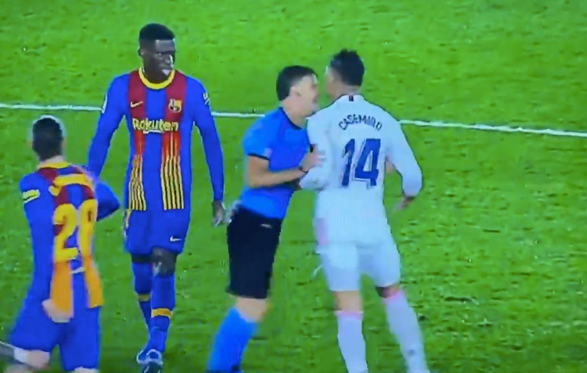 Casemiro dio un manotazo al árbitro del Clásico y este se hizo el sueco