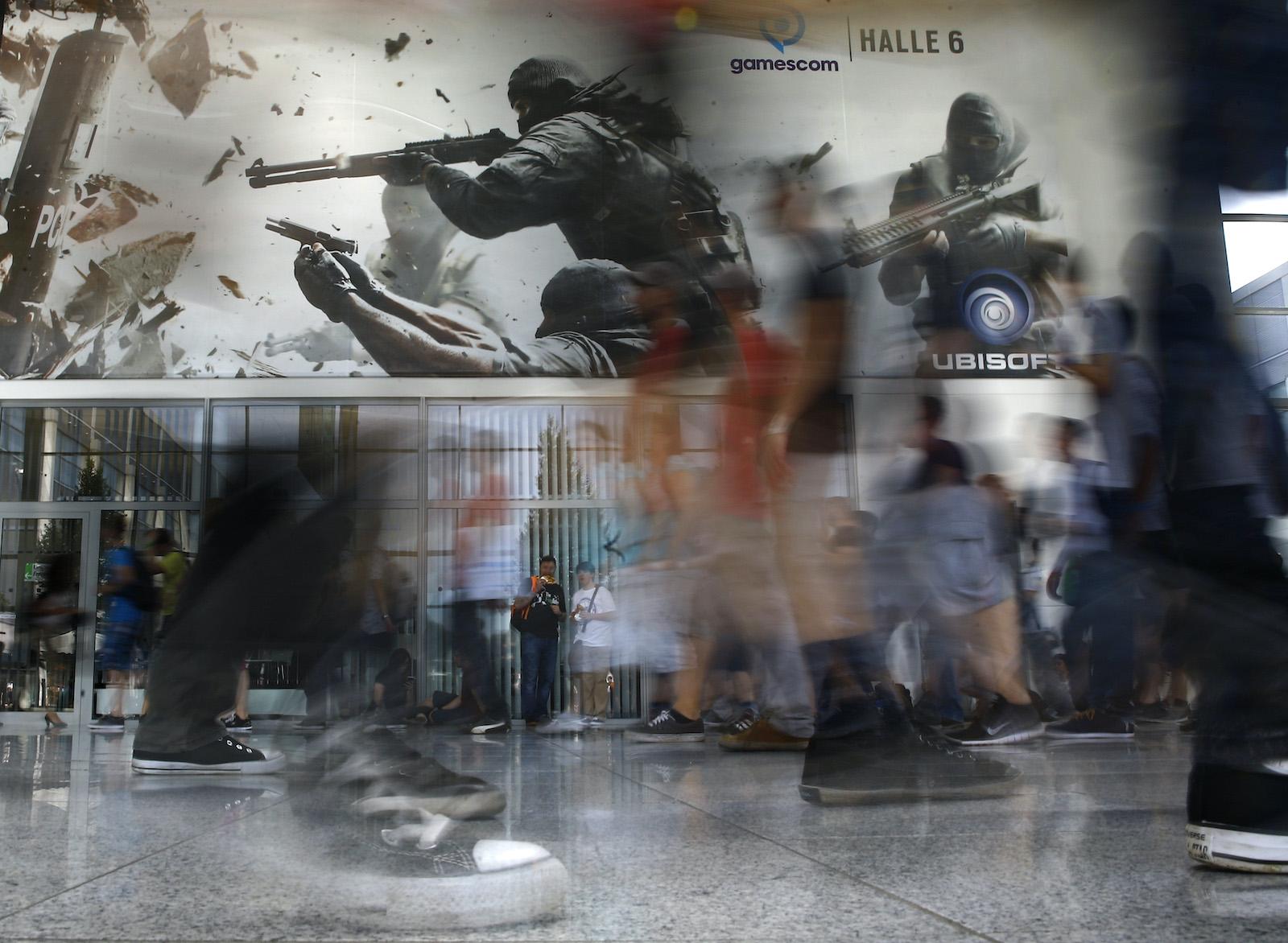 在2015年8月6日於德國科隆舉行的Gamescom展覽會上,參觀者經過Ubisoft的遊戲攤位。Gamescom大會是歐洲最大的視頻遊戲交易會,於8月5日至8月9日舉行。REUTERS / Kai Pfaffenbach TPX IMAGES OF DAY- LR2EB8612IC35