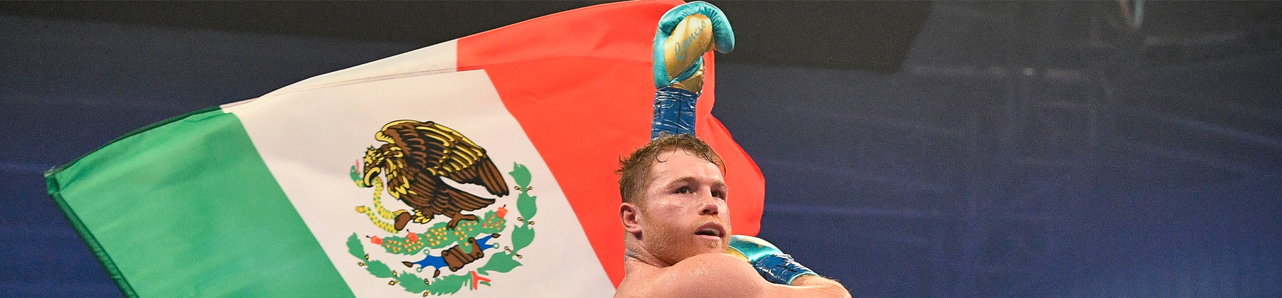 Canelo Álvarez ondea la bandera mexicana
