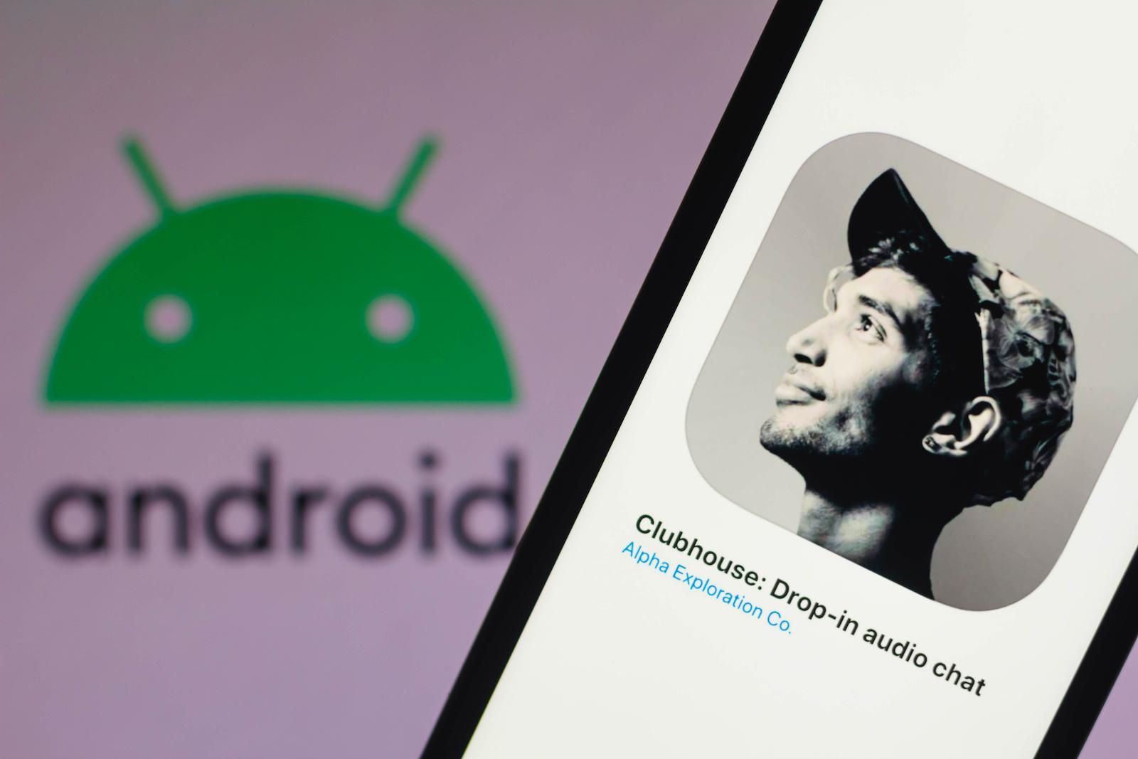 巴西-2021/03/01:在此照片插圖中,看到的會所徽標顯示在智能手機屏幕上,背景中帶有Android徽標。  (照片插圖由Rafael Henrique / SOPA Images / LightRocket via Getty Images)