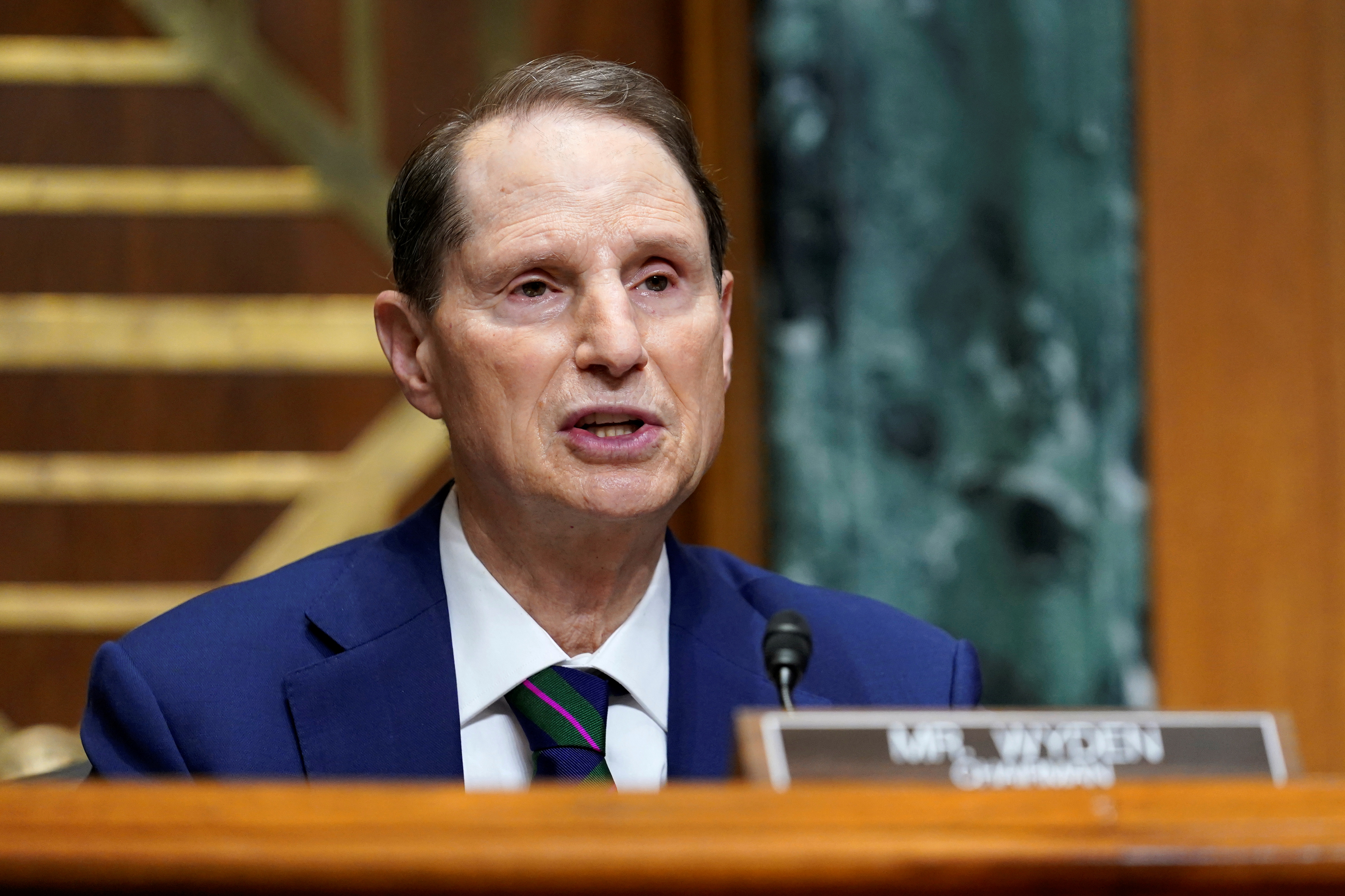 Sen. Wyden urges government to boost broadband speed targets   Engadget