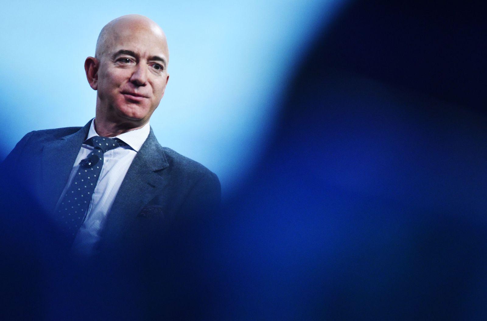 Blue Origin創始人Jeff Bezos在2019年10月22日在華盛頓特區的沃爾特·E·華盛頓會議中心舉行的第70屆國際宇航大會上獲得2019年國際宇航聯合會(IAF)卓越行業獎後發表講話。(圖片來自MANDEL NGAN /法新社)(MANDEL NGAN / AFP攝影:Getty Images)