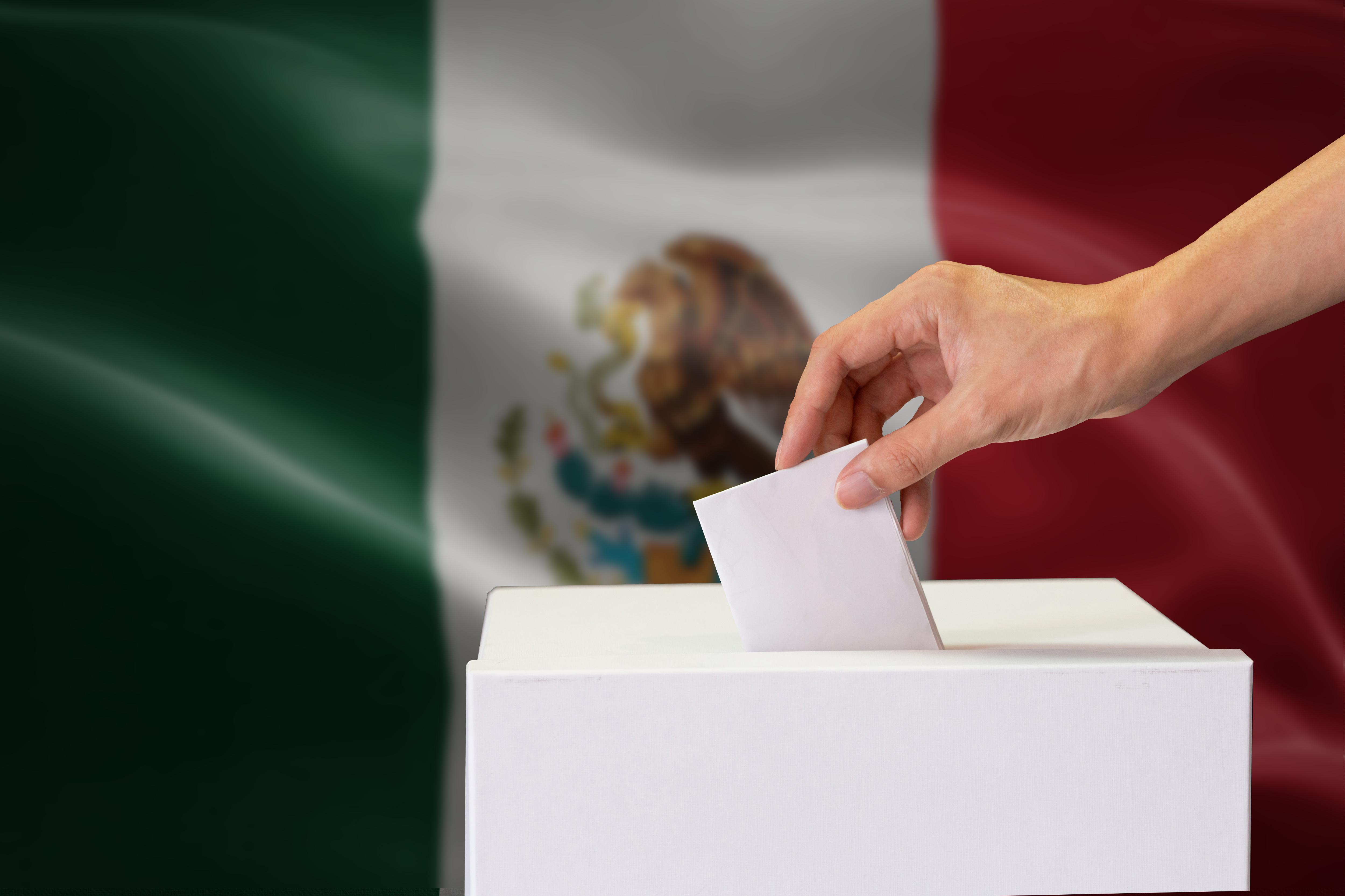Un votante deposita su voto en México