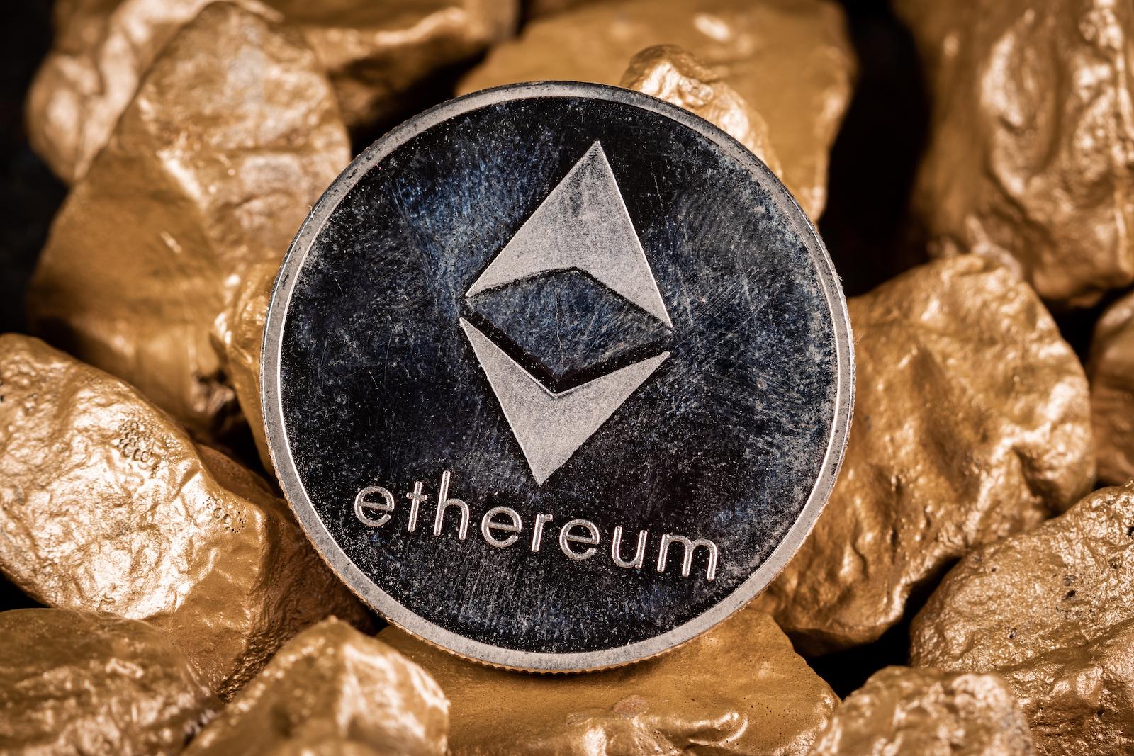 帶有金塊的以太坊加密貨幣。 投資和價值存儲概念。