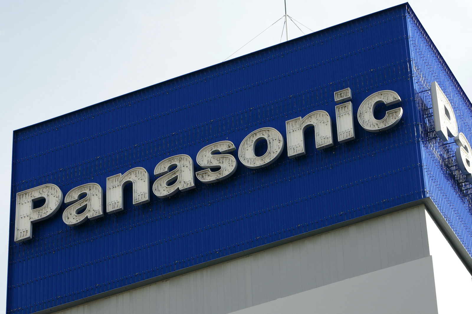 The logo of Panasonic Corp is seen atop the company's offices in Tokyo December 10, 2008.   REUTERS/Stringer (JAPAN BUSINESS) - GF2E591098201