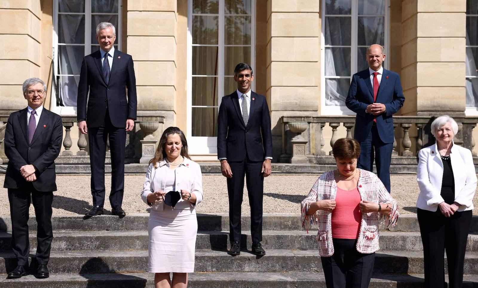 意大利經濟和財政部長丹尼爾·佛朗哥、法國經濟和財政部長佈魯諾·勒梅爾、加拿大財政部長克里斯蒂亞·弗里蘭、英國財政大臣里希·蘇納克、國際貨幣基金組織總裁克里斯塔利娜·格奧爾基耶娃、德國財政部長奧拉夫·舒爾茨、美國財政部長珍妮特·耶倫2021 年 6 月 5 日,在倫敦蘭開斯特宮舉行的 G7 財長會議的第二天,他們準備在他們的位置上合影留念。 - 來自富裕七國集團 (G7) 國家的財政部長預計將於週六宣布支持全球最低水平的公司稅,旨在讓跨國公司——尤其是科技巨頭——向受疫情重創的政府金庫支付更多費用。  (攝影:HENRY NICHOLLS / POOL / AFP)(攝影:HENRY NICHOLLS/POOL/AFP via Getty Images)