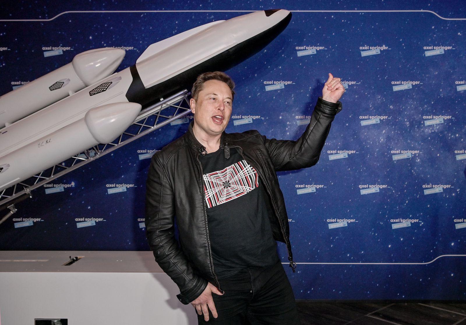 SpaceX 所有者兼特斯拉首席執行官埃隆馬斯克 (R) 於 2020 年 12 月 1 日抵達柏林參加阿克塞爾斯普林格頒獎典禮的紅地毯時示意。(攝影:Britta Pedersen / POOL / AFP)(攝影:BRITTA PEDERSEN/池/法新社通過蓋蒂圖片)