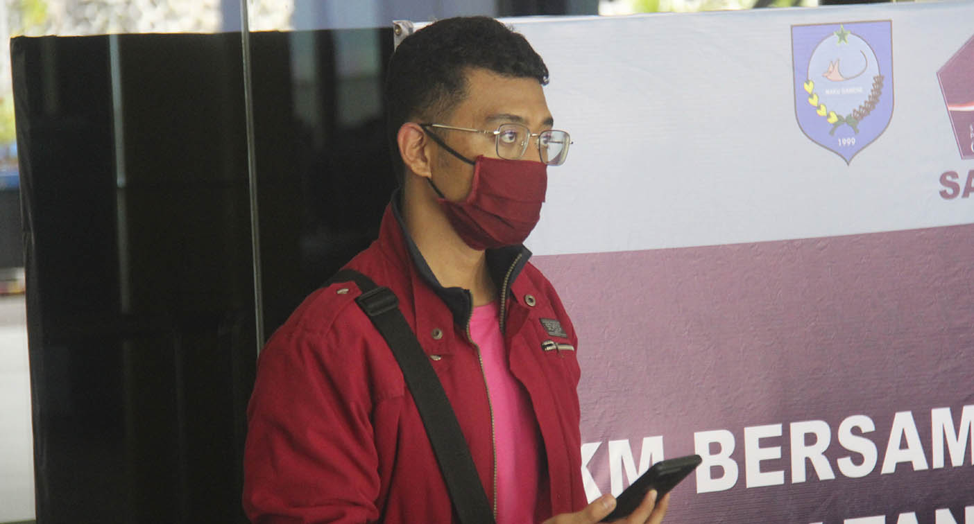 Covid-infected man's shocking disguise for flight