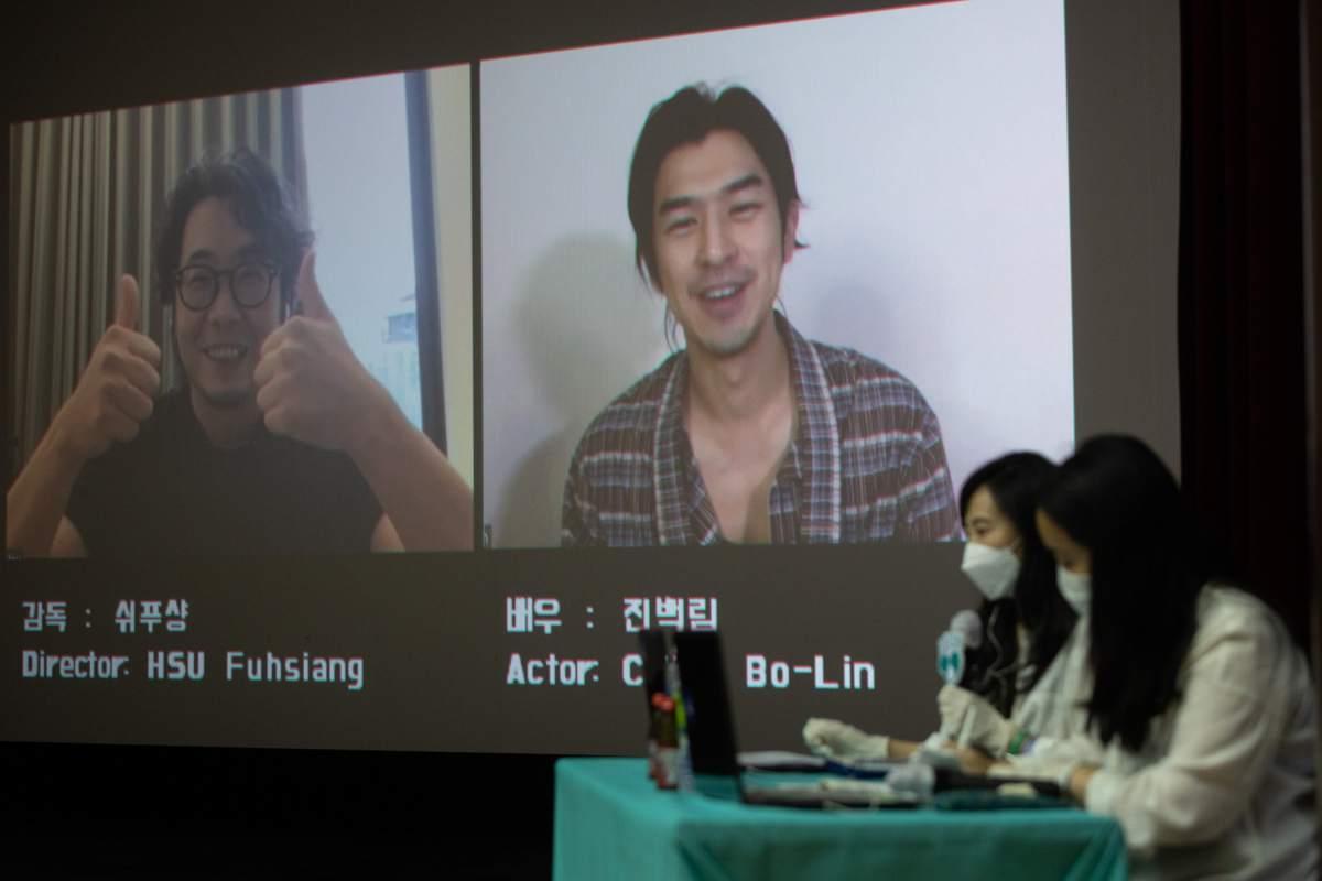 男主角陈柏霖、导演许富翔视讯和韩国影迷对谈。(图/良人行影业提供)
