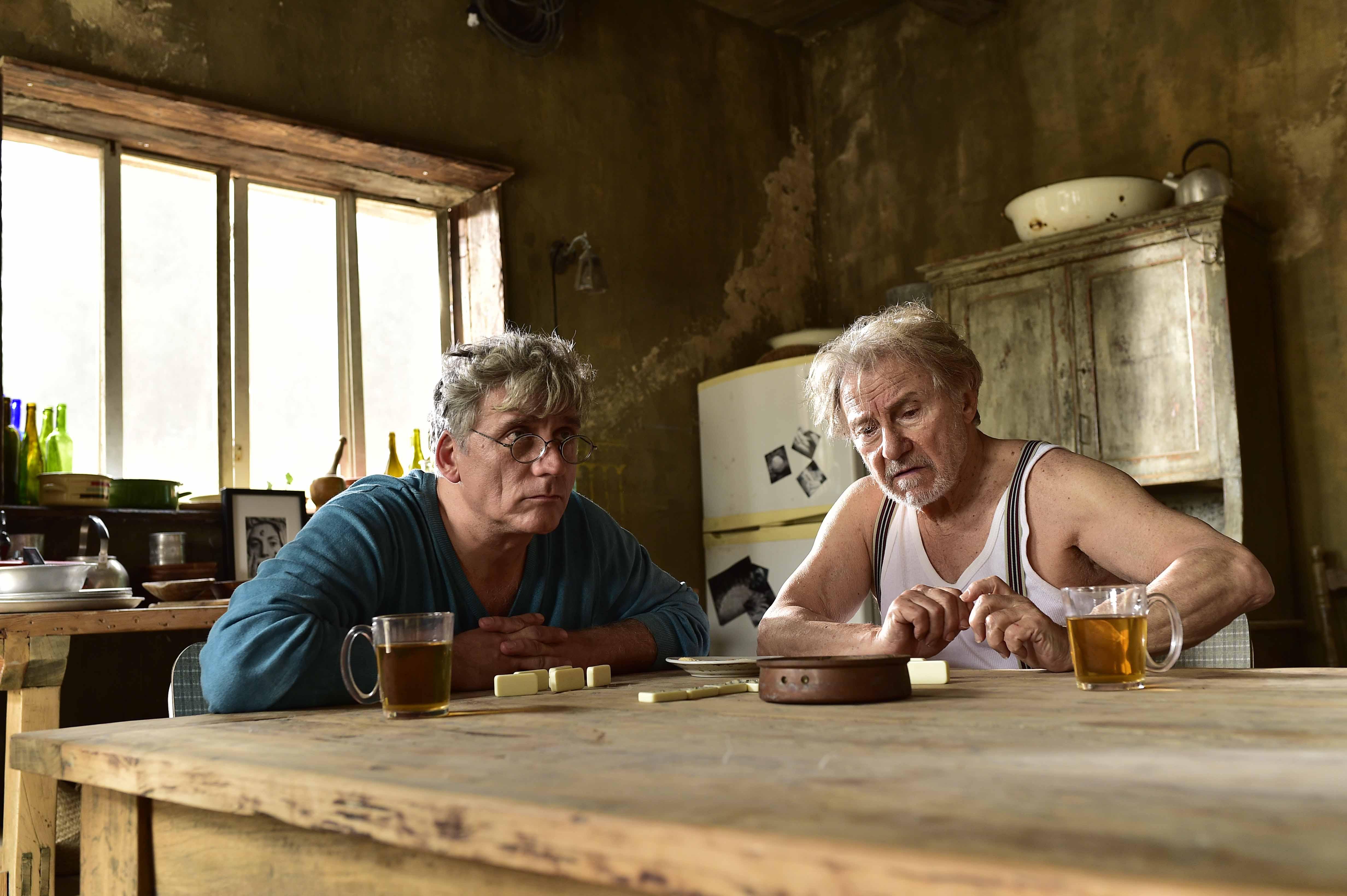 其中以欧艾希肯纳兹(左)所饰演的作家以扫,在离乡多年后重返故乡,与哈维凯托(右)所饰演的失智老父亲之间,爱恨交织的情感令人最为动容