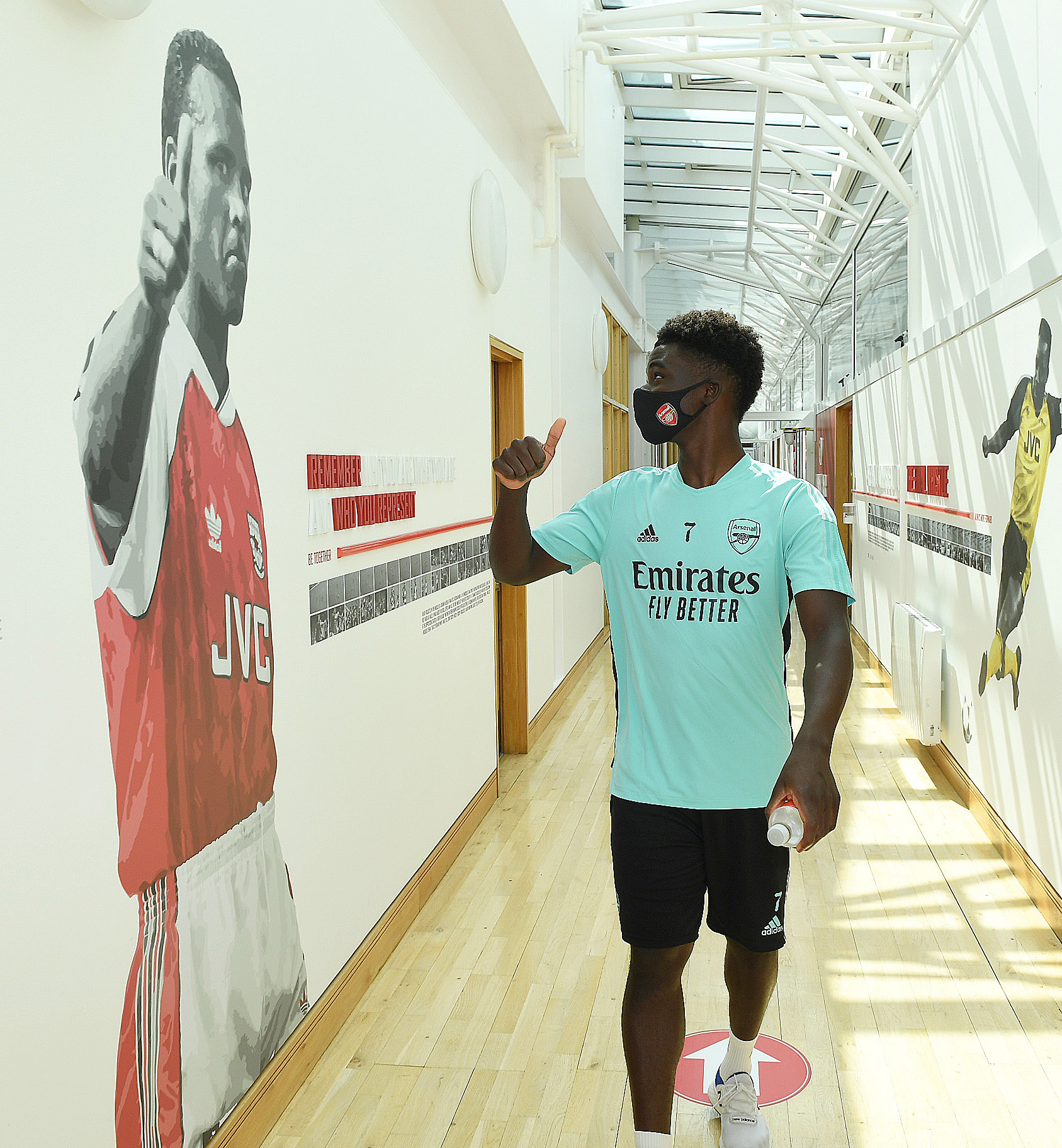 <p>ST ALBANS, ENGLAND - AUGUST 04: Arsenal's Bukayo Saka walks to the gym at the Arsenal training centre before a training session at London Colney on August 04, 2021 in St Albans, England. (Photo by Stuart MacFarlane/Arsenal FC via Getty Images)</p>